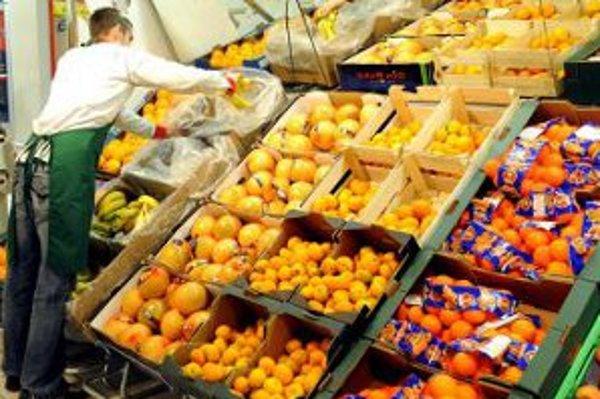 Južné ovocie - veľký symbol nedostatkov minulého režimu. Nájdu sa však aj ľudia, ktorí tvrdia, že pomaranče z Kuby boli najlepšie na svete a nečakalo sa na ne dlhšie ako dnes v rade v hypermarkete. Zohnať dostatok ovocia na Vianoce bola zodpovedná úloha p
