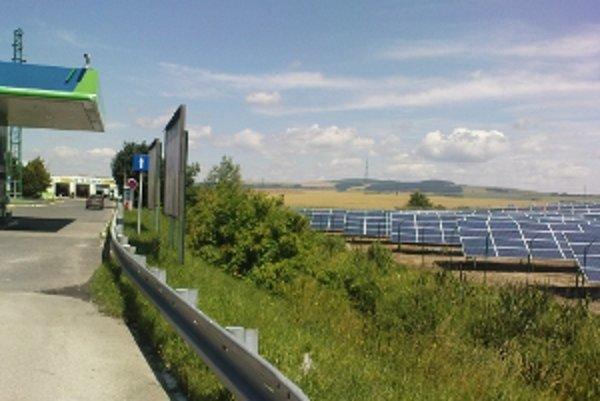 Senická fotovoltaická elektráreň za Tescom.