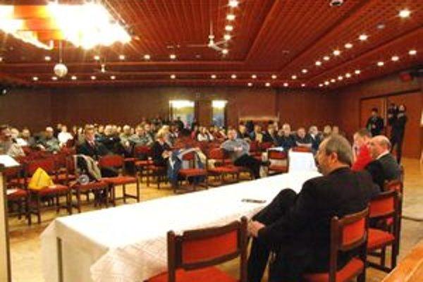 Na verejné prerokovanie prišla o predaji akcií BVS diskutovať asi stovka ľudí.