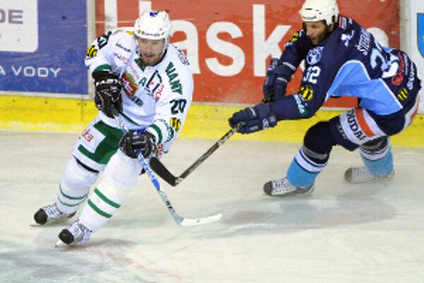 Miro Zálešák (v bielom) dal prvý i rozhodujúci gól Skalice v zápase so Zvolenom.