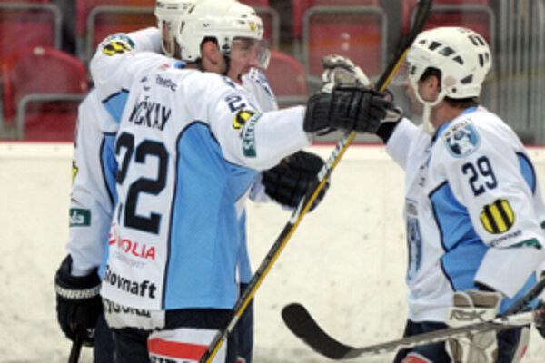 Radosť hráčov Nitry. V Skalici vyhrali úvodný zápas sezóny 4:2 a v nedeľu tento výsledok presne zopakovali.