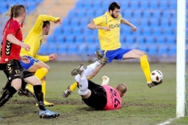 Bolek (na zemi), Pillár, ani schovaný Strnad nezabránili Dokovičovi k streleniu prvého gólu v zápase.
