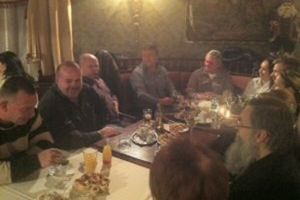 Stanislav Chovanec (v sivej košeli v rohu) oslavuje volebné víťazstvo.