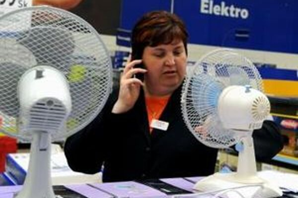 Ani ventilátory neposkytujú v horúčavách dostatočné osvieženie.