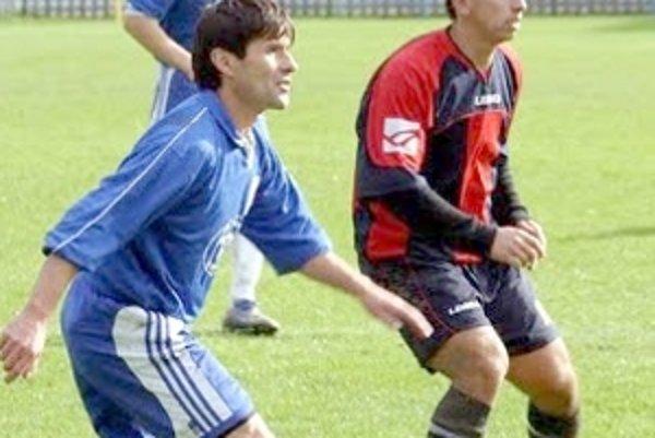 Nestarnúci Dušan Miča (vľavo) je stále oporou zadných radov Bradlana Brezová p/Br.