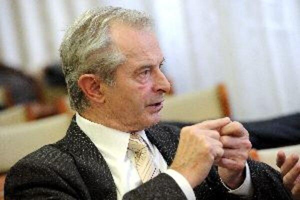 Rektor Ivan Kneppo tvrdí, že politológia ohrozená nie je.