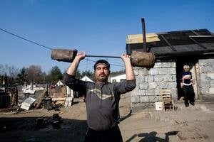 Chatrč z kvádrov dokážu obyvatelia osady pri Plaveckom Štvrtku postaviť aj za dva týždne. Domov pribúda.
