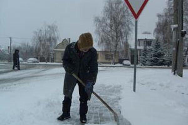 Takto so snehom bojoval Emil Svatik z Jablonice.