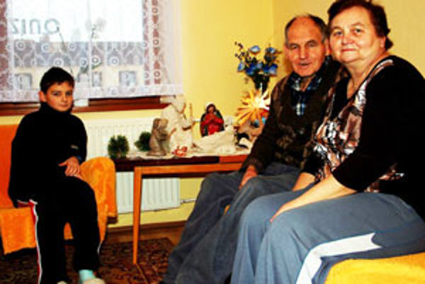 Walter Malík s rodinou pri domácom Betleheme.