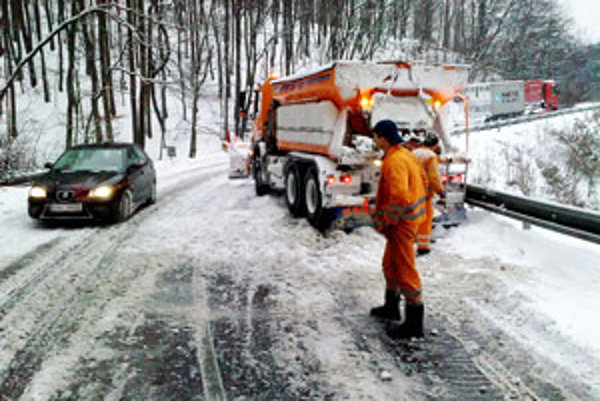 Na cestách je niekoľkocentimetrová vrstva snehu na horskom priechode opäť zapadol snežný pluh.