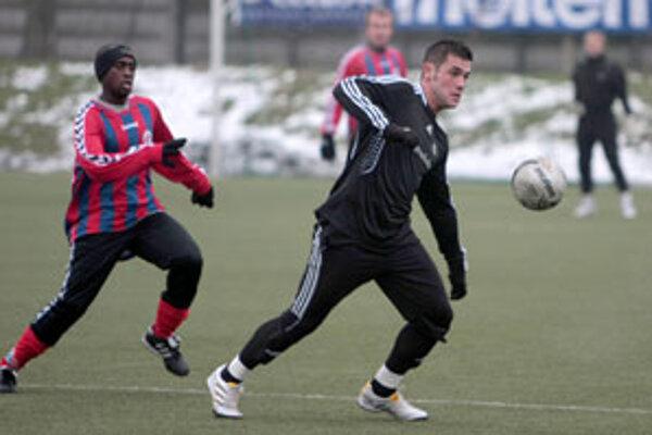 Youssouf Kanté atakuje Petržalčana Fodreka s loptou.