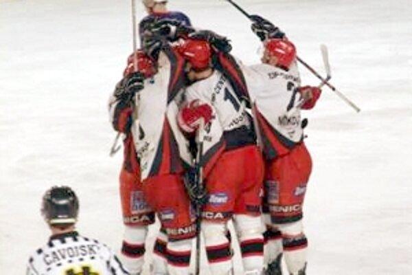 Päťkrát sa takto tešili hráči Dukly Senica z dosiahnutého gólu s Považskou Bystricou.