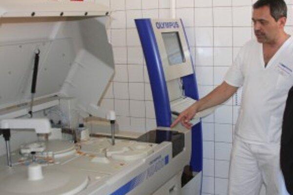 MUDr. Štefanec pred jedných z prístrojov v laboratóriu.