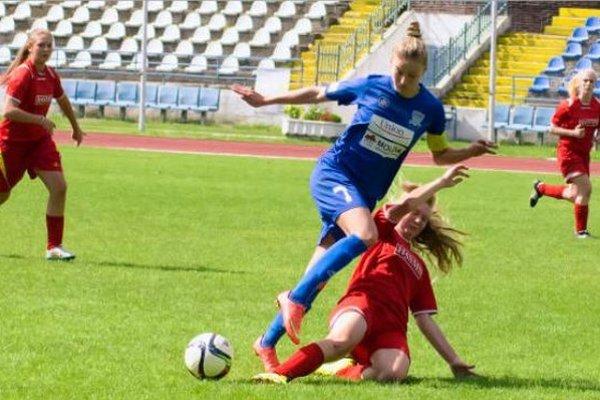 Žilinskou obranou sa snaží preniknúť Dominka Koleničková (7).