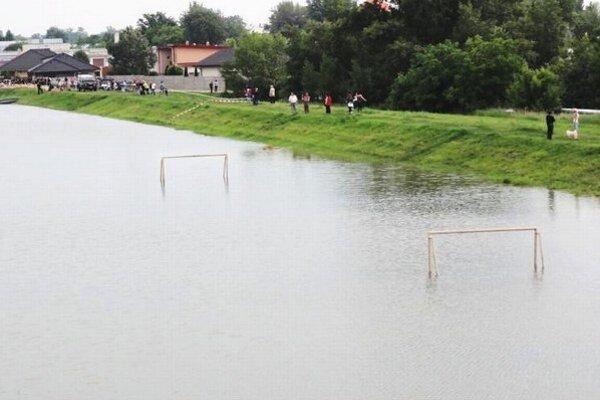 Povodne ohrozujú okolie Komárna dodnes.