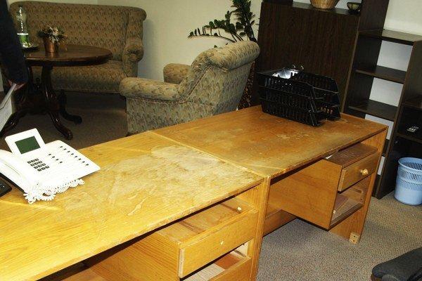 V pracovni prednostu mestského úradu zostali tu prázdne skrinky a stôl z čias socializmu. Ten pôvodný, starožitný, zmizol.