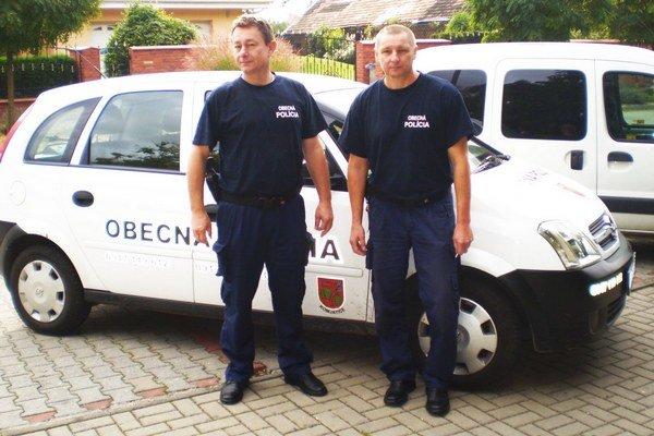 Obecní policajti - zľava Kováč a Molnár.
