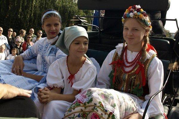 Mladé folkloristky zo Srbska, Česka a Poľska v Nových Zámkoch.