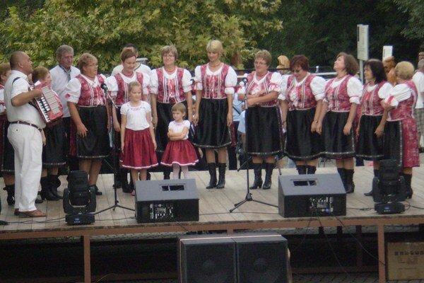Radavanka na domácom pódiu počas osláv vžýročia obce.
