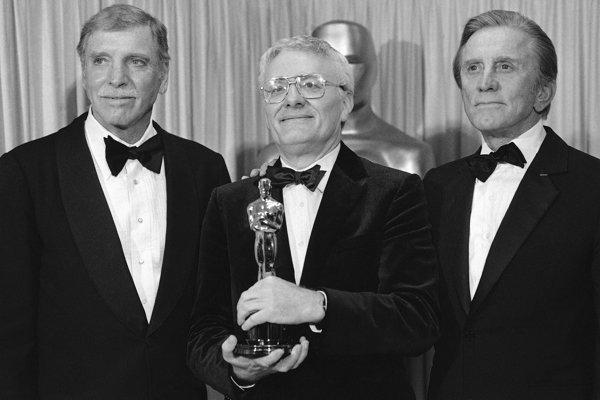 Peter Shaffer (v strede) pózuje so soškou Oscara za hru Amadeus shercami Burtom Lancasterom  (naľavo) aKirkom Douglasom (napravo) na archívnej snímke z25. 3. 1985.