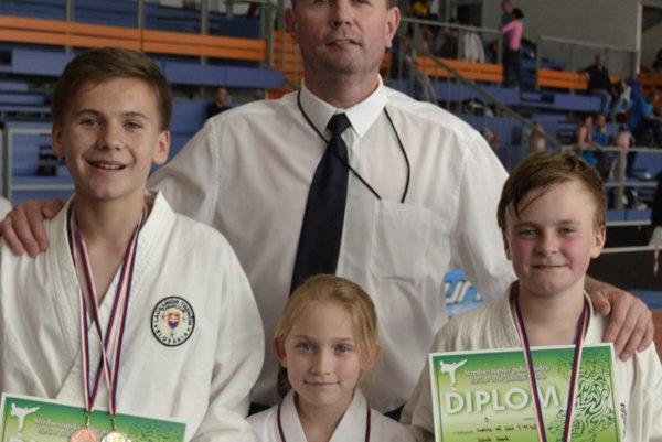 Tréner Dušan Hajmach so svojimi úspešnými zverencami.
