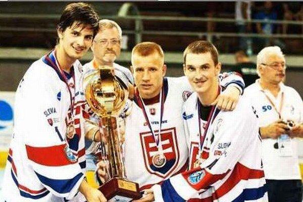 S trofejou zľava: Mráz, Cebo, Paulík.