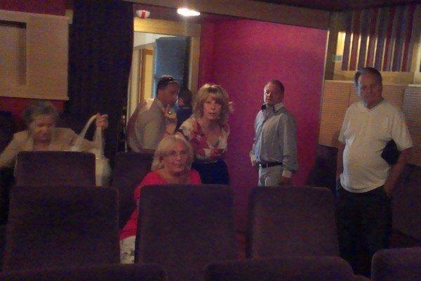 Poslanci strán slovenskej koalície sledovali rokovanie zastupiteľstva zo susednej kinosály.