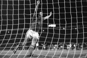Antonín Panenka oslavuje premenenú penaltu.