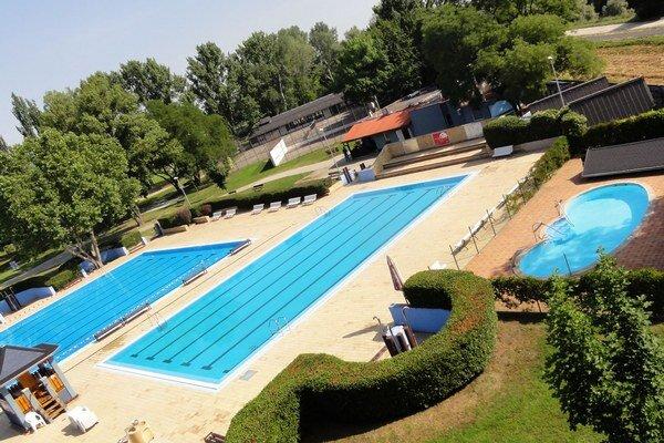 Pohľad z toboganu na bazény Termálneho kúpaliska E. Tatárika.