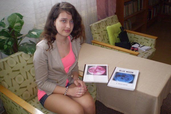 Erika Bartová s dvomi hotovými dielmi trilógie.