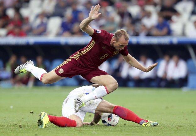 Rus Denis Glušakov (hore) v súboji s Angličanom Harrym Kaneom.