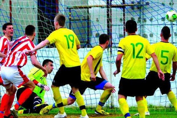 Neded - Palárikovo 0:1 (0:0). Futbalisti Palárikova vyhrali 1:0 v Nedede, na snímke štartujú radosť po Vajdovom zakončení.