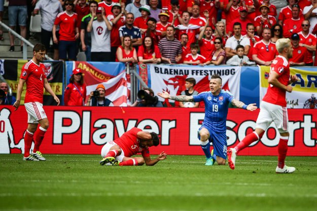 Ani Juraj Kucka (vpravo) nebol počas zápasu s niektorými verdiktmi rozhodcu spokojný.