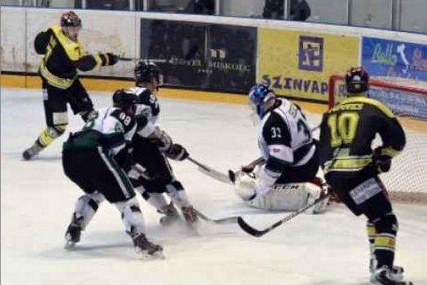 Brankár Chovan opäť zasahuje pred útočníkmi Miskolca. Pomáhajú mu obrancovia Pavešic so Šiškom.