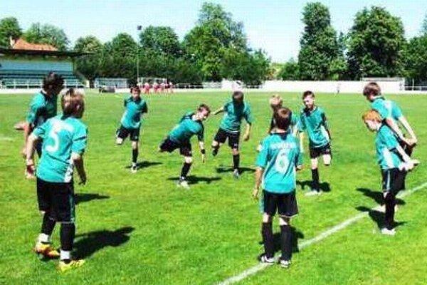 Rozcvička mladých Kýranov pred jedným zo svojich majstrovských zápasov.