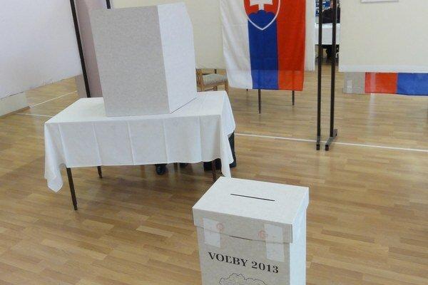 Volebné miestnosti sú väčšinu dňa bez voličov.