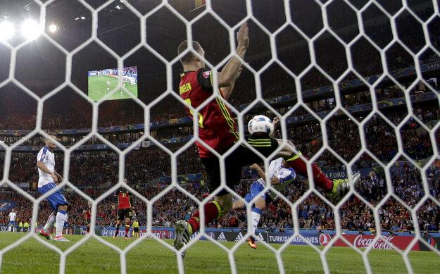 Graziano Pellé (vpravo v bielom) strieľa druhý gól Talianov.
