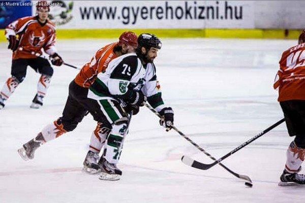 Marek Uram rozhodol v predĺžení o víťazstve Novozámčanov na ľade majstra v Dunaújvárosi.