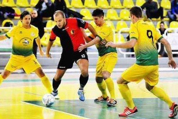 Peter Serbin (10) v obkľúčení Levičanov . Ani jeho dva góly napokon nestačili k víťazstvu MFK TW.