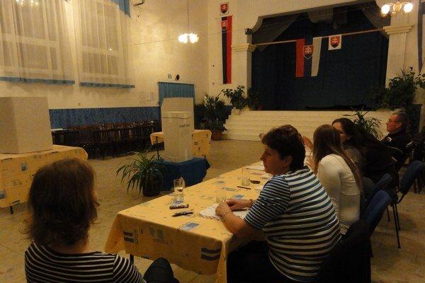 Večerná snímka z Jasovej. Dážď neustal, voliči neprichádzali.