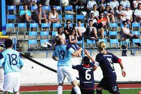 Futbalistky FC Union (v tmavom) Sa predstavia už aj na vlastnom trávniku.