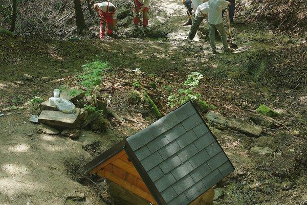 Na kopci oproti hradu bolo rušno. Pri studničke Sklepitá sa stretli dobrovoľníci.