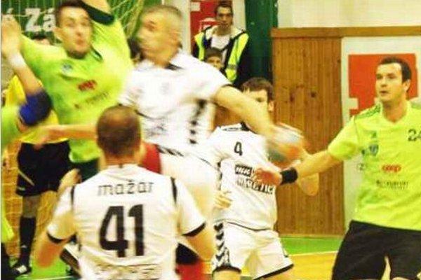 Čačičovi (pri lopte) sa proti svojmu bývalému klubu nedarilo. Hlohovčania však i tak bezpečne v N. Zámkoch zvíťazili.