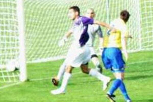 Útočník Csonka na loptu nedosiahol. KFC však porazil Palárikovo 3:2.