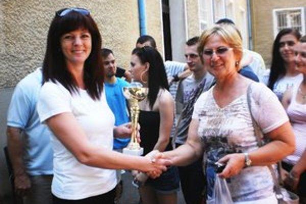 Foto: Riaditeľka školy Eva Matejíčková odovzdáva Putovný pohár OA triednej učiteľke 3.B triedy, V. Cvikovej.