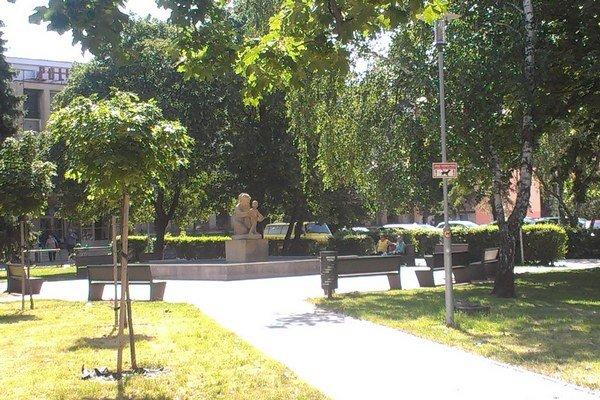 Park pred šurianskou poliklinikou bude treba sledovať kamerou.