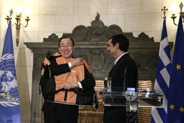Grécky premiér Alexis Tsipras venoval generálnemu tajomníkovi OSN Pan Ki-munovi záchrannú vestu.