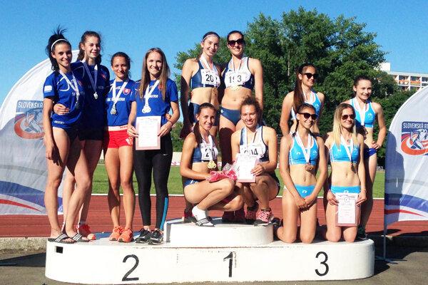 V štafete junioriek na 4x100 m bral všetky medaily nitrianske štvorice - zlato a striebro ŠK ŠOG, bronz AC Stavbár.