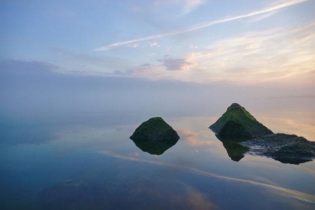 Na Balatone bez problémov vidno druhý breh. Ranné hmly však dokážu navodiť romantickú atmosféru a druhý breh zakryť.