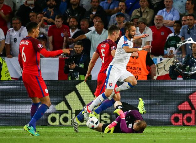 Jedným zo striedajúcich hráčov je aj Dušan Švento (vpravo v bielom), ktorý ohrozil Joa Harta.
